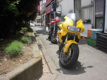 こんな路地にバイクを留めさせてもらった