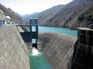 奈良井ダムのダム湖側