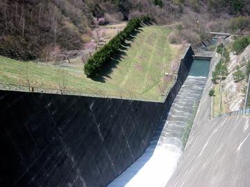 奈良井ダムの放水口