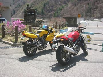 奈良井ダムの石碑の前で記念撮影