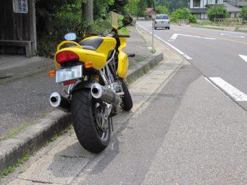 道端に停まるSS900
