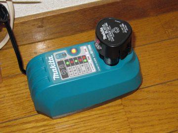 カセット式のバッテリを充電中