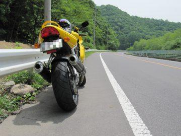 素敵な後ろ姿と魅力的な道路