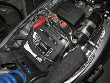 Buellはバッテリーがほぼ水平に近い状態でセットされている