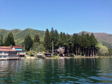 青木湖)湖からキャンプ村を眺めて