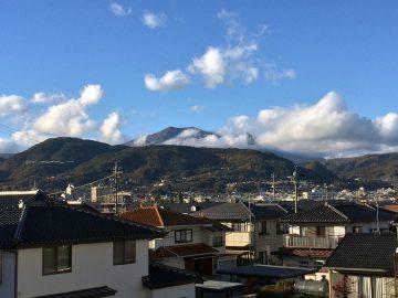 清々しい朝、自宅からの飯縄山