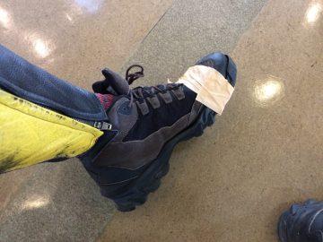 kunの靴が壊れたので施設でガムテをお借りした