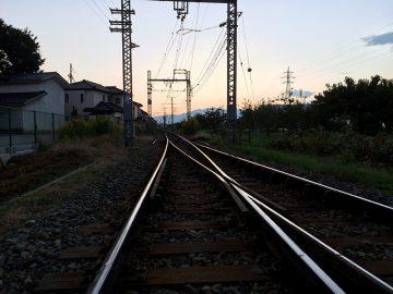 夕日に向かって線路が続く