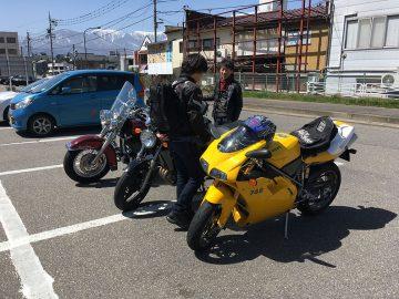 バイクを並べてひと盛り上がり